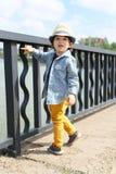 Модно одетый маленький ребенок идет в лето стоковое изображение