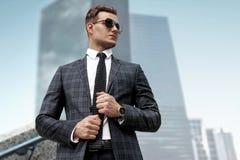 Модно одетый человек в современном городе, портрет стоковое изображение