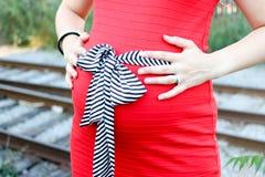 Модные беременные женщины в красном платье Стоковые Фото
