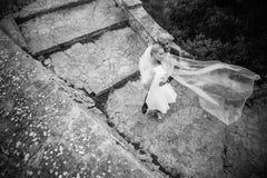 Модные пары свадьбы венчание groom церков церемонии невесты черная девушка прячет белизну рубашки съемки s человека напольный пор Стоковые Изображения RF