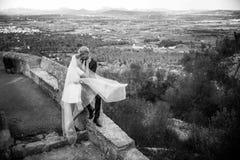 Модные пары свадьбы венчание groom церков церемонии невесты черная девушка прячет белизну рубашки съемки s человека напольный пор Стоковая Фотография RF