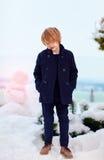 Модный, 7 лет старого мальчика в пальто outdoors стоковое изображение rf