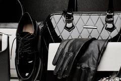 Модный комплект аксессуаров женщин на черной предпосылке Стоковая Фотография RF
