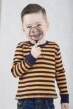 Модный мальчик в белой футболке и подтяжках Стоковое Изображение