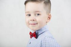 Модный мальчик в белой футболке и подтяжках Стоковые Фото