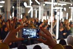 Модный парад стрельбы женщины с мобильным телефоном Стоковое фото RF