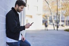 Модный парень в светлых джинсах, белой футболке и темной куртке Стоковые Изображения RF