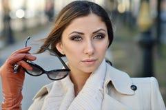 Модный портрет дамы с длинными волосами в городе Стоковое Изображение