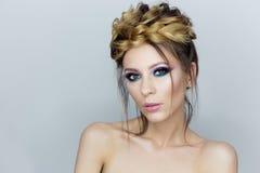 Модный портрет красивой сексуальной девушки с шальным стилем причёсок с ярким покрашенным составом с оголенными плечами в студии  Стоковые Фотографии RF