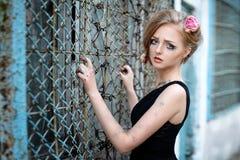 Модный портрет печальной девушки с сухими цветками в ее белокурых волосах ретро тип сфокусируйте мягко Стоковые Изображения RF