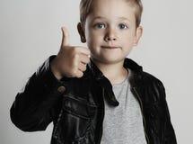 Модный ребенок в кожаном пальто Стильный мальчик Мода осени стоковая фотография rf