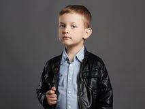 Модный ребенок в кожаном пальто Стильный мальчик смешные 6 лет старого ребенк Стоковое Изображение RF