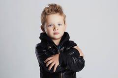 Модный ребенок в кожаном пальто стиль причёсок мальчика стоковые изображения