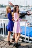 2 модных девушки отдыхая на Марине Стоковое фото RF