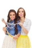 2 модных молодых испанских и кавказских женщины выбирая ожерелье Стоковые Изображения