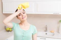 Моложавая женщина утомлянная в кухне Стоковая Фотография
