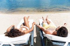 Моложавый человек и женщина имея остатки на seashore внешнем Стоковое фото RF
