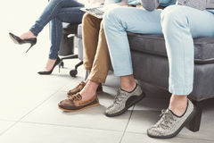 2 моложавых мужчины и опрос о возможностях занятости девушки ждать крытый Стоковое Изображение RF
