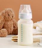 молоко бутылки младенца мое портфолио, котор нужно приветствовать стоковое фото rf
