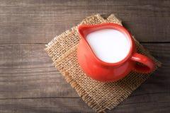 Молоко в стеклянном кувшине на белой предпосылке Стоковые Фотографии RF