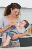 Молоко женщины подавая к младенцу Стоковое Изображение RF