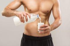 Молоко здорового человека пригонки мышечного без рубашки лить Стоковые Фотографии RF