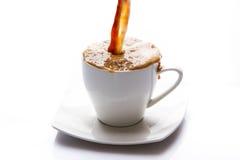 Молоко и кофе полили внутри чашку Стоковое Изображение RF