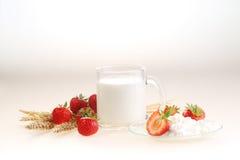 Молоко и клубника на белой предпосылке, молоко в прозрачном Стоковые Фотографии RF