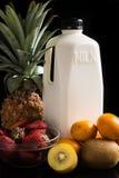 Молоко и смешивание приносить на черноте Стоковое Изображение