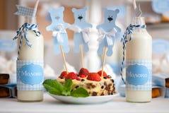 молоко и торт Стоковые Изображения
