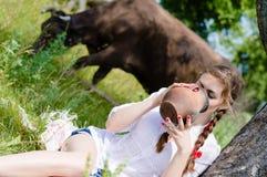 молоко коровы красивой девушки молодой женщины выпивая Стоковая Фотография RF