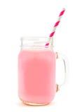 Молоко клубники в опарнике каменщика с соломой над белизной Стоковые Изображения RF