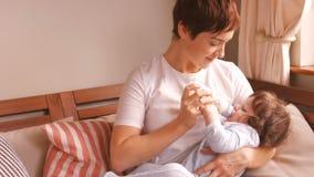 Молоко матери подавая к ее младенцу акции видеоматериалы