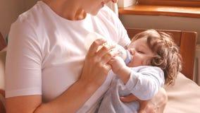 Молоко матери подавая к ее младенцу сток-видео
