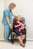 Молоко матери подавая к Newborn Babygirl пока Стоковое фото RF