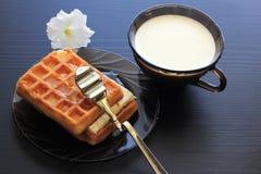 Молоко, мед, waffles для завтрака Стоковая Фотография
