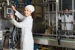 Молоко пар разливая по бутылкам на изготовлении Стоковая Фотография RF