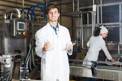 Молоко пар разливая по бутылкам на изготовлении Стоковое Изображение