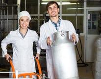 Молоко пар разливая по бутылкам на изготовлении Стоковое Фото