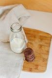 молоко печений шоколада обломока Стоковые Изображения