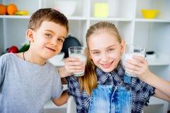 Молоко питья детей Стоковые Фото