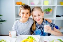 Молоко питья детей Стоковые Изображения