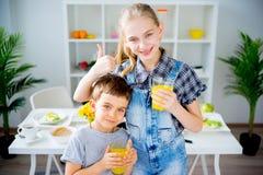 Молоко питья детей Стоковое Фото