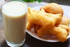 Молоко сои с ручкой зажаренного хлеба, Таиландом. Стоковые Фото