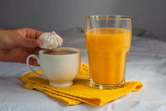 молоко coffe Апельсиновый сок и меренги для завтрака Стоковые Изображения RF