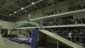 Молотилка конькобежца ролика на изогнутом своде между трамплинами весьма смелости Конкуренция в skatepark акции видеоматериалы