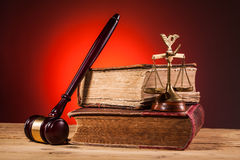 Молоток, весы правосудия и старая книга Стоковое Изображение