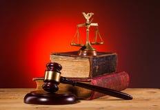 Молоток, весы правосудия и старая книга Стоковые Изображения