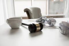 Молоток в офисе зала судебных заседаний работая законодательства юриста Стоковое Изображение RF
