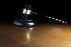 Молоток закона на деревянном столе Стоковое Изображение RF